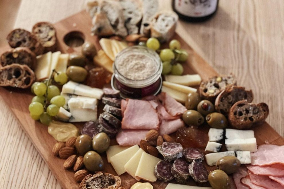 l'apéro parfait selon Théo_dc, apéro, produits locaux, livraison, boutique en ligne, arhoma boulangerie, pain artisanaux, charcuteries, fromages locaux, vins québécois,