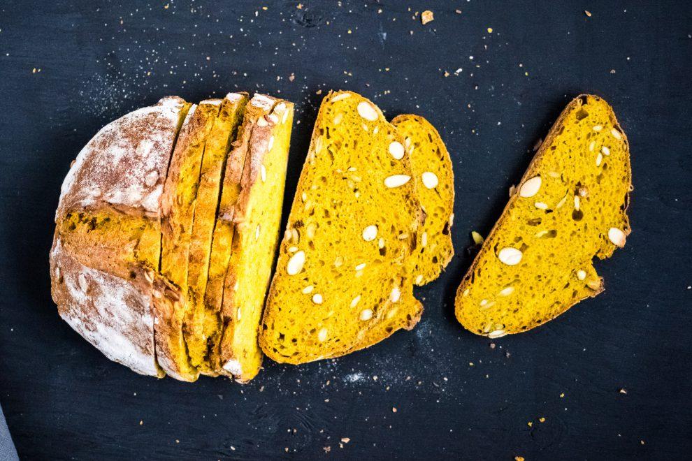Miche kamut, curcuma, graines de citrouille & amandes